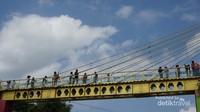 Jembatan Kaca yang menjadi ikon Kampung Warna Warni dan Kampung Tridi menjadi spot asyik buat selfie. (Foto: Aryasuta)