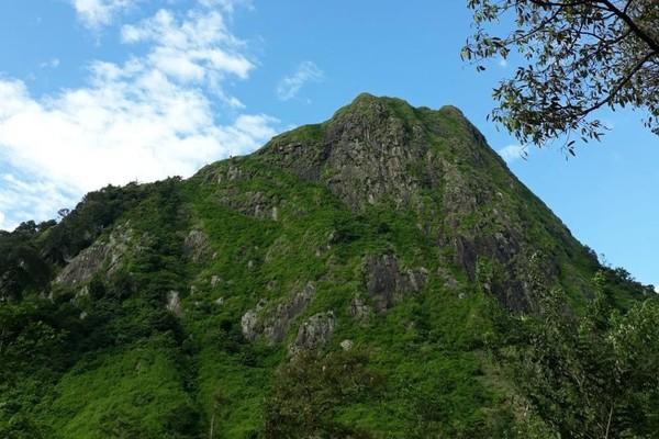 Gunung Batu Sukamakmur ini terletak di Kampung Gunung Batu, Desa Sukaharja, Kecamatan Sukamakmur, Kabupaten Bogor. Gunung ini sebenarnya adalah berben
