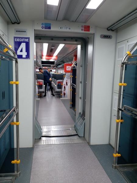 Interior gerbong kereta bandara yang bersih