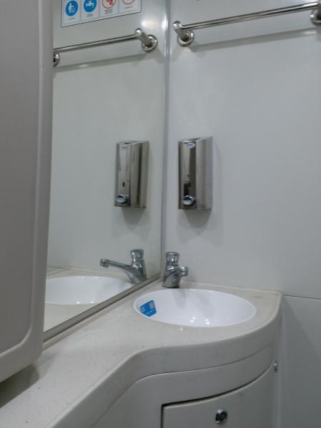 Toilet yang dilengkapi dengan wastafel