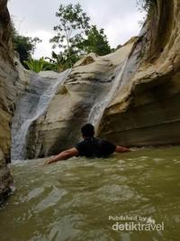 anda dapat berenang disini, kedalaman air kurang lebih seukuran orang dewasa