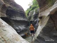 saat menyusuri tebing bebatuan, anda juga akan menemui air terjun kecil didalamnya