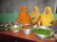 ibu-ibu yang menyiapkan kupat menjelang mulai dibukanya kegiatan kupatan masal didesa Sobontoro