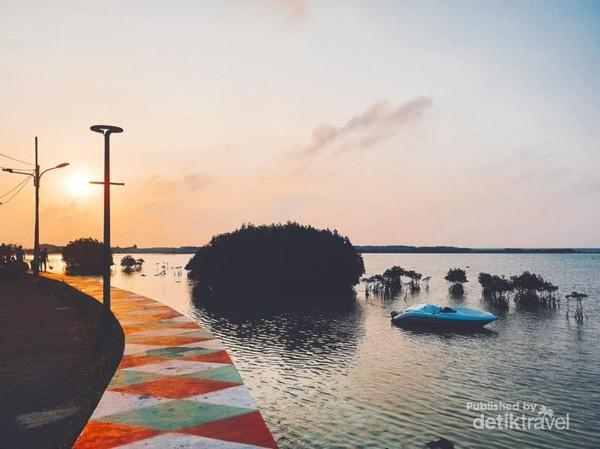 Matahari pagi di Pulau Pramuka, Kepulauan Seribu.