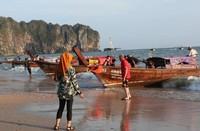 Long-tail Boat yang siap untuk mengantarkan para wisatawan menuju Pantai Railay di seberang tebing