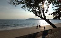 Berjalan menyusuri bibir Pantai Aonang ditemani hangatnya matahari sore
