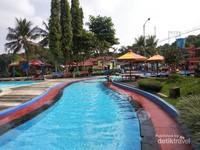 Owabong memiliki banyak kolam yang berair bersih dan segar. Selain itu tidak terlalu berkaporit karena airyang digunakan adalah air pegunungan.