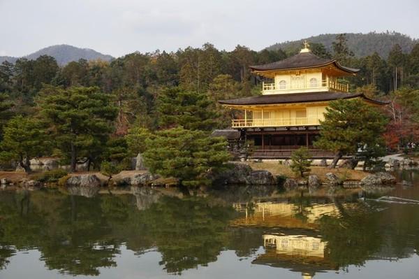 Kinkaku-ji Temple dikenal dengan nama Golden Pavilion karena dua lantainya dengan warna emas