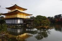 Warna emas di kedua lantai membuat kuil ini terlihat mewah dan megah