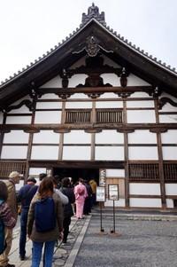 Antrian ke salah satu ruangan di Tenryu-ji yaitu Kuri yang menjadi dapur dan pusat administratif
