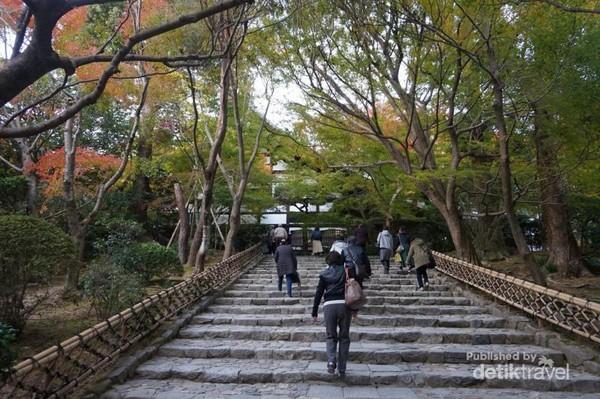 Jalan masuk kompleks Ryoan-ji Temple yang disambut dengan tangga landai