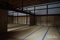 Interior hojo, ruangan bekas tempat tinggal kepala pendeta dengan lukisan di pintu geser dan tatami
