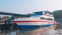 Kapal cepat bersandar di Marina Ancol.