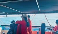 Antusias penumpang menyaksikan kapal menembus ombak.