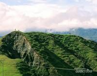 Bukit Bikium bisa menjadi tempat bagi kalian yang menyukai perbukitan-perbukitan hijau dengan pemandangan alam yang sangat memanjakan mata.