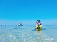 Jernihnya laut dan pantai di Pulau Semak Daun.
