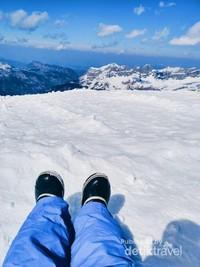 Duduk sendirian, sambil menikmati pemandangan kayak. Me Time banget!