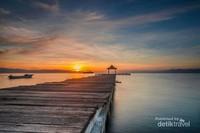 Sunrise di dermaga pantai salero