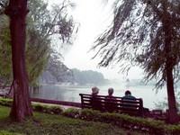 Duduk santai di tepi Danau Hoan Kiem nan damai