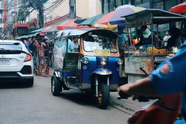 Tuktuk, transportasi tradisional Bangkok yang dapat ditemui di berbagai tempat terutama daerah ramai pejalan kaki seperti Pratunam