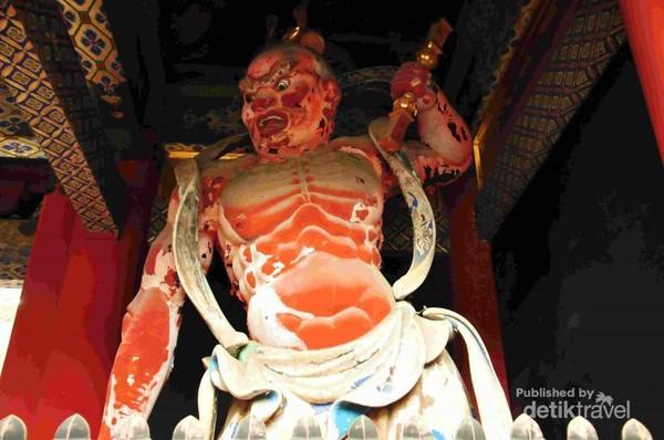 Patung Dewa (Nio) di depan pintu gerbang