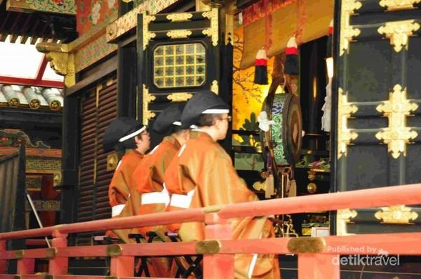 petugas kuil dalam satu acara