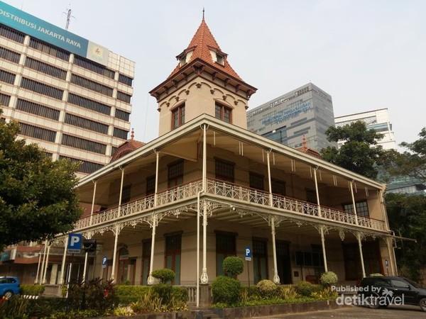 Gedung kantor pusat PLN yang dulunya digunakan sebagai kantor perusahaan gas negara Hindia Belanda
