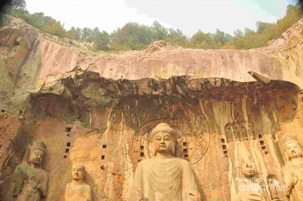 Patung Buddha besar di luar