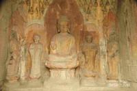 Patung Buddha di dalam gua