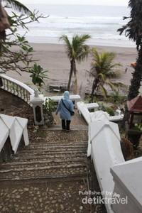 Tangga yang merupakan  akses menuju pantai.