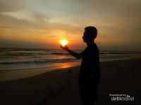 Menikmati sunset di Pantai Kuta bali