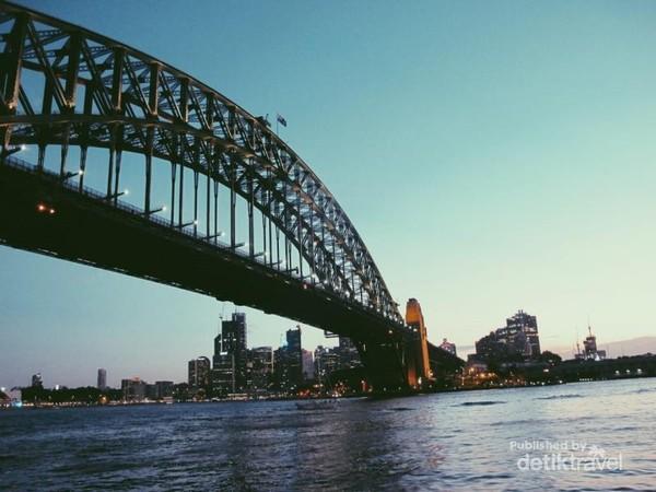 Menaiki Feri saat malam adalah salah satu moment yang aku suka saat di Sydney.