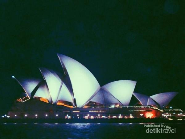 Mau pagi, siang, malam, Sydney Opera House tetap terlihat cantik dilihat dari sudut manapun.