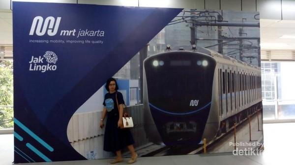 Salah satu sudut di stasiun MRT. Untuk menikmati kenyamanan transportasi publik ini , sebaiknya memilih waktu diluar jam-jam sibuk .