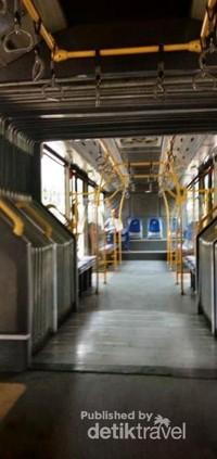 Suasana di dalam busway pada pagi hari saat weekend , kosong dan nyaman .