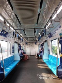 Begini bagian dalam dari MRT , bagi penumpang yang ingin menaiki MRT dapat menggunakan e money maupun kartu yang dijual di stasiun-stasiun MRT.