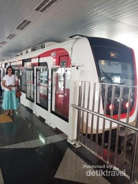 Penampakan LRT pada saat uji coba , ada beberapa hal yang harus diperhatikan saat menaiki moda tranportasi publik antara lain budayakan antre, dahulukan penumpang yang turun , tidak makan dan minum di kereta , tidak membuang sampah sembarangan dan lain-lain.