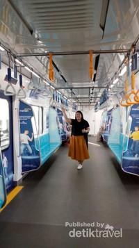 Ekspresi penumpang saat naik MRT , senang dan bangga akhirnya Jakarta memiliki transportasi yang keren.