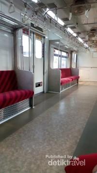 Commuterline pun tak kalah nyaman , seperti ini saat penumpang sedang kosong.