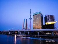 Tokyo Sky Tree diambil dari Jembatan Asakusa saat senja.