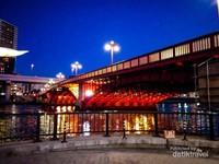 Jembatan Asakusa saat malam hari.
