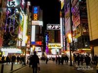 Potret Akihabara di malam hari yang terkenal sebagai pusat anime di Jepang.