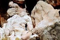 Batu-batu di sekitar gua ini memiliki ukuran yang sangat besar serta berusia sekitar ratusan tahun.