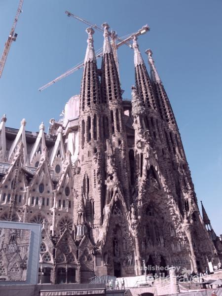 La Sagrada Famlia adalah salah satu karya Gaudi paling terkenal di Barcelona.