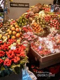 Mengunjungi pasar tradisional menjadi salah satu hal wajib, agar bisa mendapatkan makanan dengan harga yang murah.