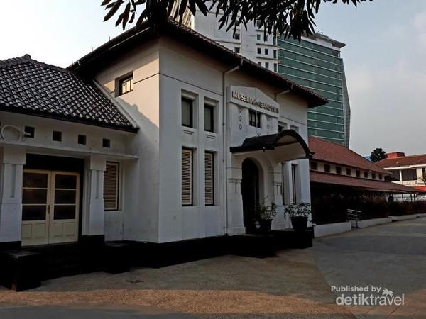 Bagian depan Museum Kota Bandung. Bangunan ini dahulu merupakan Frobelschool (Sekolah Tk) milik Perkumpulan Freemasonry di Kota Bandung.