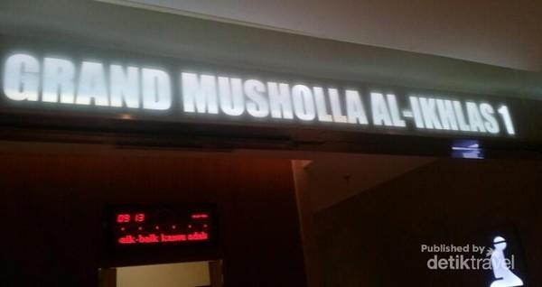 Ada beberapa mushola di Supermall Karawaci ini, salah satunya adalah Grand Musholla Al Ikhlas 1 di LG Floor.