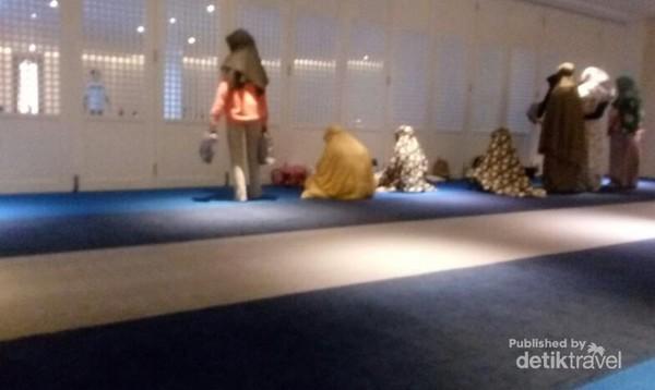 Tersedia mukena yang bersih dan nyaman dipakai. Mukena ini ditempatkan di rak dekat pintu masuk musholla.