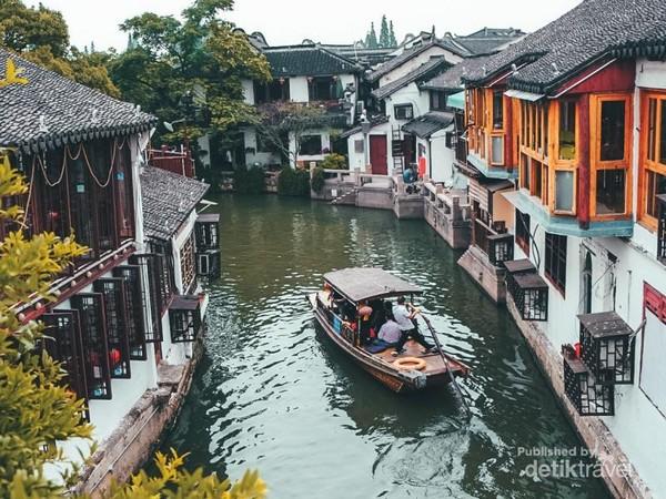 Perahu kayu untuk berkeliling kota kuno
