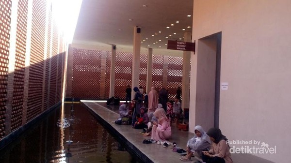 Area wudhu dan toilet wanita. Di sampingnya juga terdapat kolam.